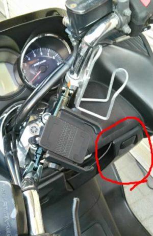スクータータイプのバイクのフロントの小物入れ